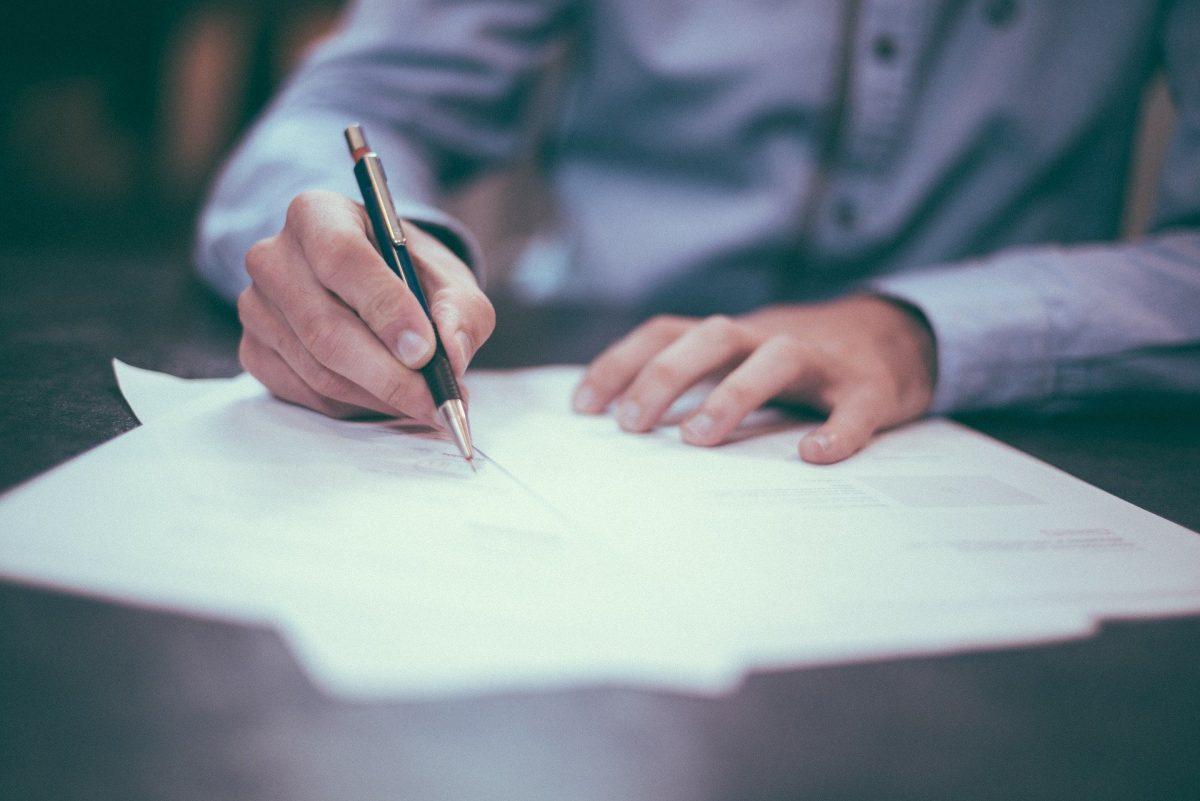 Tłumaczenia przysięgłe z języka angielskiego – kto może je wykonać i kiedy powinno się skorzystać z jego usług?